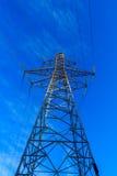 O ferro condutor da eletricidade: uma grande torre fotografia de stock royalty free