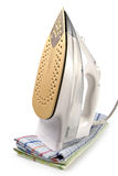 O ferro e as toalhas brancos isolaram-se Imagem de Stock Royalty Free