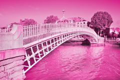 O ferro fundido branco e elegante meia Penny Bridge em Dublin Ire foto de stock royalty free