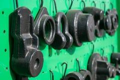 O ferro fundido preto peça para a maquinaria agrícola em uma parte traseira do verde imagens de stock