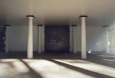O ferro moldou portas e colunas antes de um crematório e de uma capela do cemitério fotos de stock