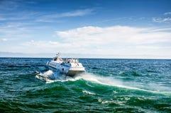 O ferryboat branco no azul vê imagens de stock