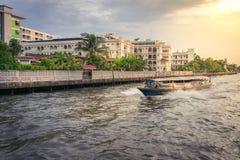 O ferryboat de madeira velho do passageiro corre através de um canal pequeno foto de stock