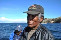 O ferryman com lago Titicaca imagem de stock