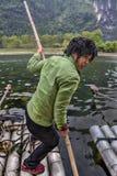 O ferryman da menina cruza o rio na jangada de bambu em Guilin, China foto de stock royalty free