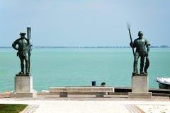 O ferryman e o pescador Lago Balaton visto da costa de Balatonfured foto de stock royalty free