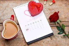 14o fevereiro na data de calendário Rosa do vermelho, corações e presente BO Fotos de Stock Royalty Free