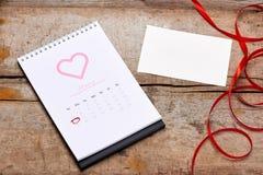 14o fevereiro na data de calendário Rosa do vermelho, corações e presente BO Foto de Stock Royalty Free