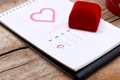 14o fevereiro na data de calendário Rosa do vermelho, corações e presente BO Imagens de Stock Royalty Free