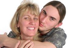 O filho adolescente beija a mamã Fotos de Stock Royalty Free
