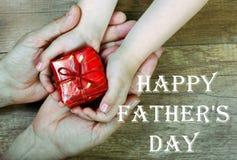 O filho dá um presente ao paizinho Dia do `s do pai ano novo feliz 2007 Imagem de Stock