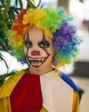O filho vestiu-se acima em um traje do palhaço no partido de Dia das Bruxas Fotos de Stock Royalty Free