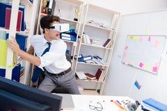 O filme de observação do empregado em vidros da realidade virtual do vr Fotografia de Stock Royalty Free