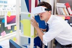 O filme de observação do empregado em vidros da realidade virtual do vr Fotos de Stock Royalty Free