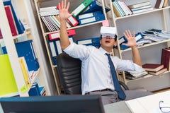 O filme de observação do empregado em vidros da realidade virtual do vr Imagens de Stock