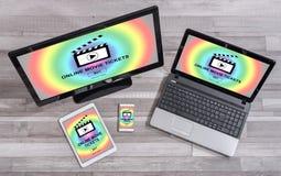 O filme em linha tickets o conceito de compra em dispositivos diferentes fotos de stock royalty free