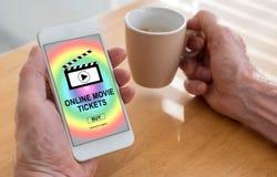 O filme em linha tickets o conceito de compra em um smartphone foto de stock