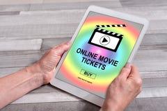 O filme em linha tickets o conceito de compra em uma tabuleta fotos de stock royalty free