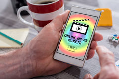 O filme em linha tickets o conceito de compra em um smartphone fotografia de stock