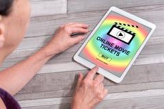 O filme em linha tickets o conceito de compra em uma tabuleta fotografia de stock royalty free