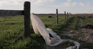 O filme sujo e empoeirado suspendido em um polo de madeira torna-se no vento filme
