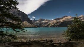 o filme video Timelapse do filme do lapso de tempo 4K nubla-se mover-se sobre o lago bow em Banff Nationalpark Alberta Canada As  video estoque
