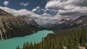 o filme video Timelapse do filme do lapso de tempo 4K nubla-se mover-se sobre o lago Peyto em Banff Nationalpark Alberta Canada D video estoque