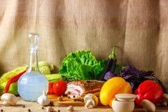 O filtro da vodca e de vegetais conservados Salo é ainda uma vida bonita imagem de stock royalty free