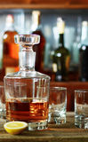 O filtro do uísque e de dois vidros vazios Fotografia de Stock Royalty Free