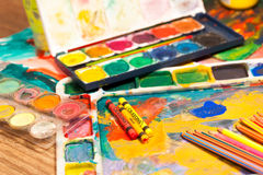 O fim acima da arte dos lápis fornece pinturas para pintar e tirar Fotos de Stock