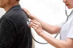 O fim acima da enfermeira asiática escuta o som paciente idoso da respiração do ` s Fotografia de Stock Royalty Free