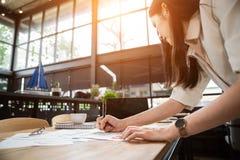 O fim acima da mão de uma menina asiática é mulher do freelancer fotos de stock