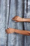 O fim acima da menina cede o fundo cinzento de pano above Foto de Stock Royalty Free
