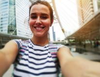 O fim acima da mulher bonita toma a viagem do selfie da foto fotografia de stock royalty free