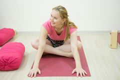 O fim acima da mulher medita ao praticar a ioga no salão ou na casa de formação fotografia de stock