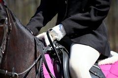 O fim acima da mulher senta-se no cavalo Fotos de Stock