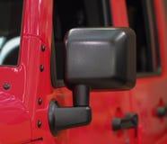 O fim acima da parte anterior do preto fora do mirro da opinião lateral do carro da estrada Fotografia de Stock