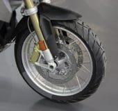 O fim acima da roda dianteira da motocicleta Imagem de Stock Royalty Free