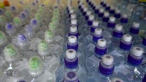 O fim acima das garrafas plásticas com água, tampa bebidas filme