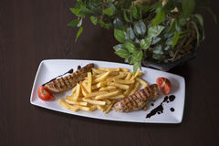 O fim acima de chiken o BBQ com pimentas e alface fotografia de stock