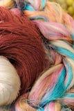 O fim acima de colorido da seda tailandesa crua rosqueia Fotografia de Stock Royalty Free