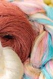 O fim acima de colorido da seda tailandesa crua rosqueia Imagem de Stock Royalty Free