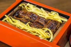 O fim acima de Unagi don - grelhe o arroz da enguia na caixa vermelha foto de stock