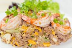 O fim acima do arroz fritado do camarão, foco seletivo fotos de stock royalty free