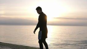 O fim acima do atleta masculino dos pés dos corredores que estica, aquece a preparação para o exercício de corrida do amanhecer,  filme
