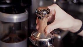 O fim acima do barista da mão faz cafés na barra de café filme