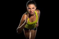 O fim acima do corredor fêmea da sprint do basculador determinou o começo do atleta ajuste da cruz da aptidão do treinamento da r imagem de stock
