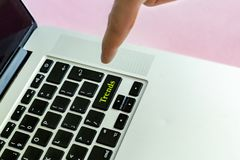 O fim acima do dedo da mão do ` s da pessoa que empurra o ` tende o texto do ` em um botão do conceito isolado teclado v do portá imagens de stock royalty free