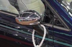 O fim acima do espelho da vista lateral do carro dos azuis marinhos Imagens de Stock Royalty Free