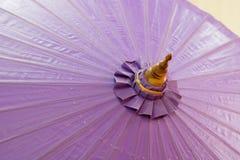 o fim acima do guarda-chuva grande violeta, espaço da cópia, fotos de stock
